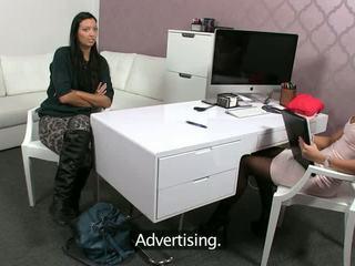 Karstās brunete has lesbiete sekss laikā kastings