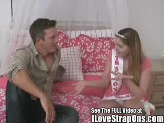 Brandon gets viņa burvīgas virgin pakaļa fucked līdz the strap par princese