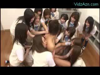 Guy getting sucked kissed door veel modellen in de klasse kamer