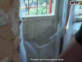 Quente sexo a três broche em abandoned casa