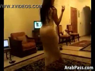 Blyg arab kvinna dansa runt en rum