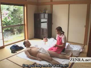 Subtitled 옷을 입은 여성의 벌거 벗은 남성 일본의 caregiver elderly 사람 주무르기