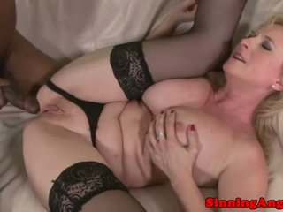 Rijpere blondine assfucked door zwart meat