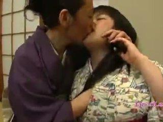 Ázsiai tini -ban kimono gets neki cicik licked