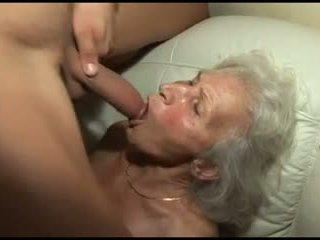 敲打 該 granny's 毛茸茸 的陰戶