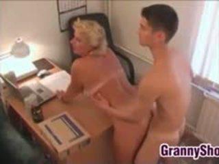 Regordeta abuela follando en su oficina