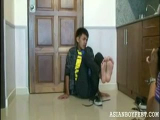 Bee poses sexily pokaz od jego azjatyckie chap stopy