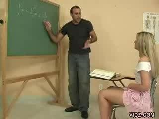 Sừng giáo viên stud làm cho sinh viên chương trình âm hộ