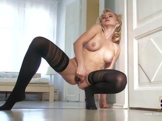 Blonde pied lover nana masturbates en bas: hd porno 81