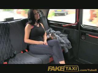 Faketaxi tonen meisje met groot tieten fucks voor cash