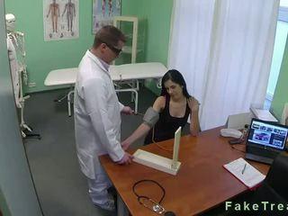 Tmavý haired naivka fucked v fake nemocnica
