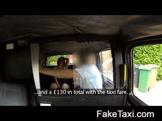 Getrouwd vrouw merken omhoog voor piss op taxi seats