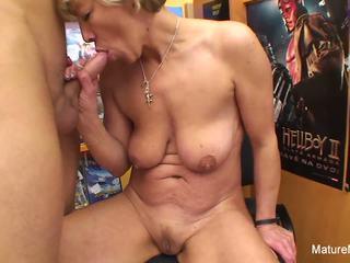Sexy blondýna vyzreté fucks ho v the video obchod: hd porno e4