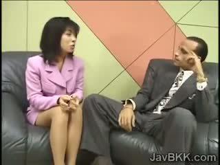 Zierlich japanisch reporter swallows wichse für an vorstellungsgespräch