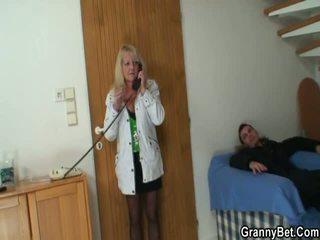 Lad picks nach oben blond grandmother und bangs sie