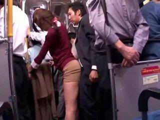 Mladý collegegirl reluctant verejnosť autobus orgazmus
