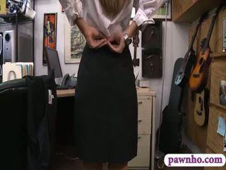 Card dealer pawns उसकी twat और gets screwed में the बॅकरूम
