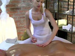 I eksituar masseuse amatore vogëlushe strokes kokosh