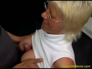 Vecchio hottie enjoys pollastrella cazzo