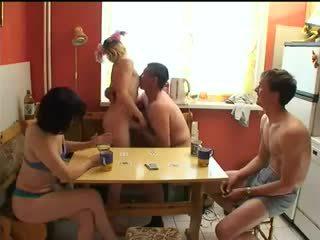 Russe swingers jouer strip poker.