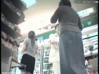 Sales clerks onder het rokje slipjes van aziatisch babes.