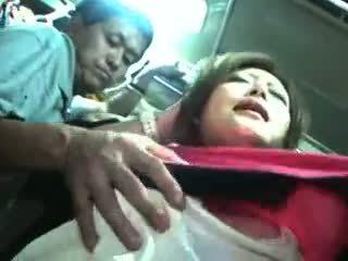 I ri vajzë ledhatim dhe used në një treni