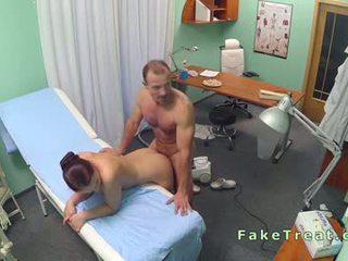 Dokter fucks verpleegster en opruimen dame
