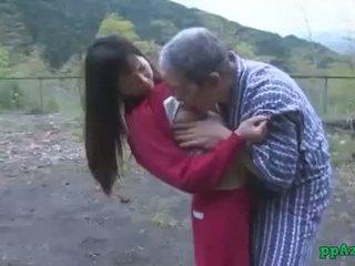 Asiatisk jente getting henne fitte licked og knullet av gammel mann sæd til rumpe utendørs ved