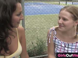 Karstās teniss dīvāns licked līdz lesbiete trainee