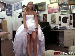 Babe pawns haar huwelijk jurk en banged