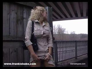 Ulakas blond beib has a reaalne fetiš jaoks kusemine sisse avalik