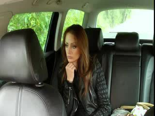 Gros seins brunette fucks grand bite en fake taxi
