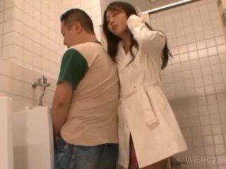 Bitchy aziatisch tiener gives pijpen in publiek