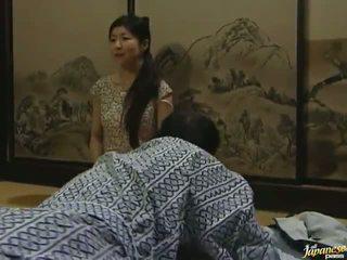 Sleaze orientalsko lass has je ljubezen s ji mož v misionar položaj
