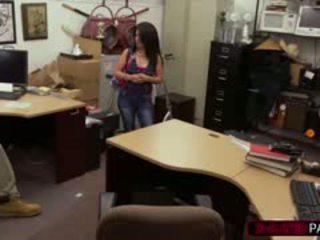 Het kubanska flicka enters den fel pawnshop