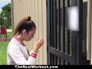 Slutty brunete gets fucked līdz padarīt the komanda