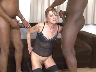 Διαφυλετικό πορνό γιαγιά dped με two μαύρος/η men πρωκτικό και