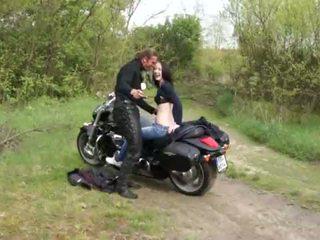 Outdoors a foder para jovem grávida motorcycle rider