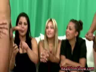 Cfnm femdoms ruk victim boner als haar friends kijken