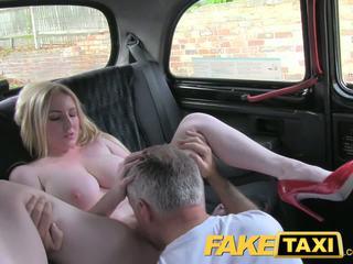 Faketaxi blond bombshell med stor pupper gets vakker creampie i taxi