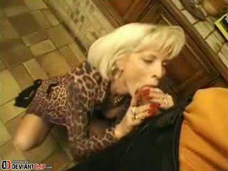뜨거운 엄마 seduces 과 fucks 이 소년