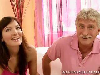 Grootvader en tiener beauty enjoying heet seks