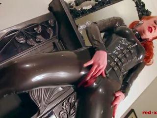 Rood lubes omhoog haar latex catsuit en rubs haar sappig nat poesje