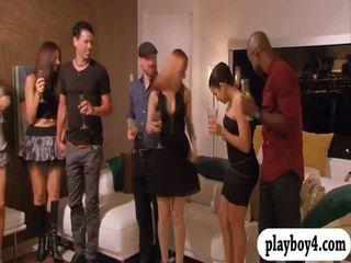 Swinging couples enjoying erotický hry v playboy mansion