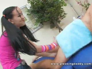 Seksi genç masseuse amai liu gives bir mini etek deli bir mutlu ending