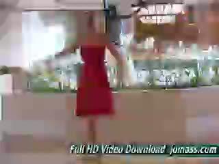 Alison engel en sexy rød kjole acts som en mote modell
