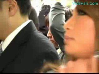 רב schoolgirls patting guy rubbing מאונן זין ב the אוטובוס