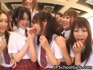 Bello giapponese schoolgirls exploring
