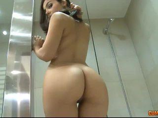 bruneta, prvý
