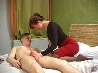 Russisch milf met mooi muscles geneukt door niet haar zoon